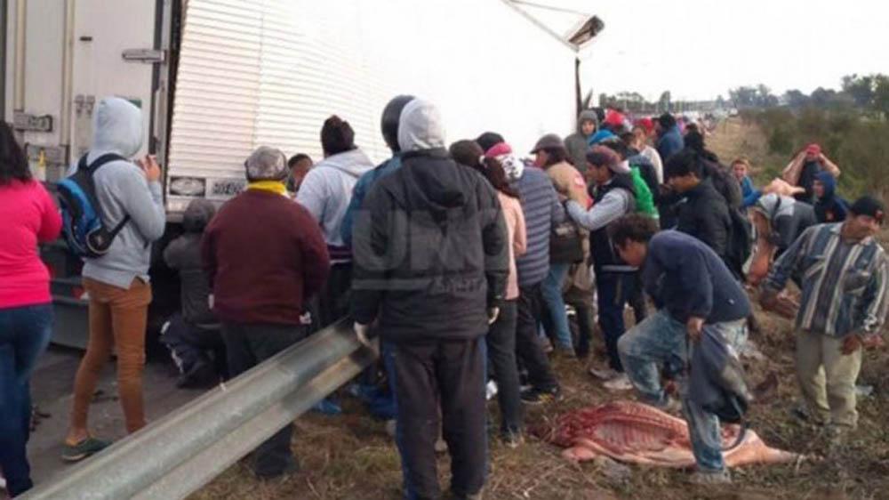 Santa Fe: camión con carne perdió la carga en la ruta y los vecinos se la llevaron