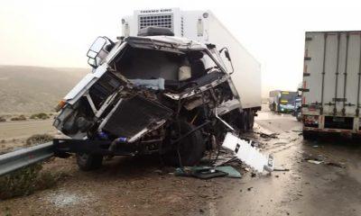 Santa Cruz: Dos camiones chocaron y un patrullero volcó