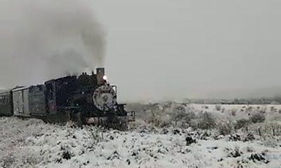 """El Maitén: el paso de """"La Trochita"""" por entre la nieve"""