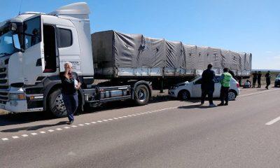 Un auto y un camión chocaron en la Doble Trocha