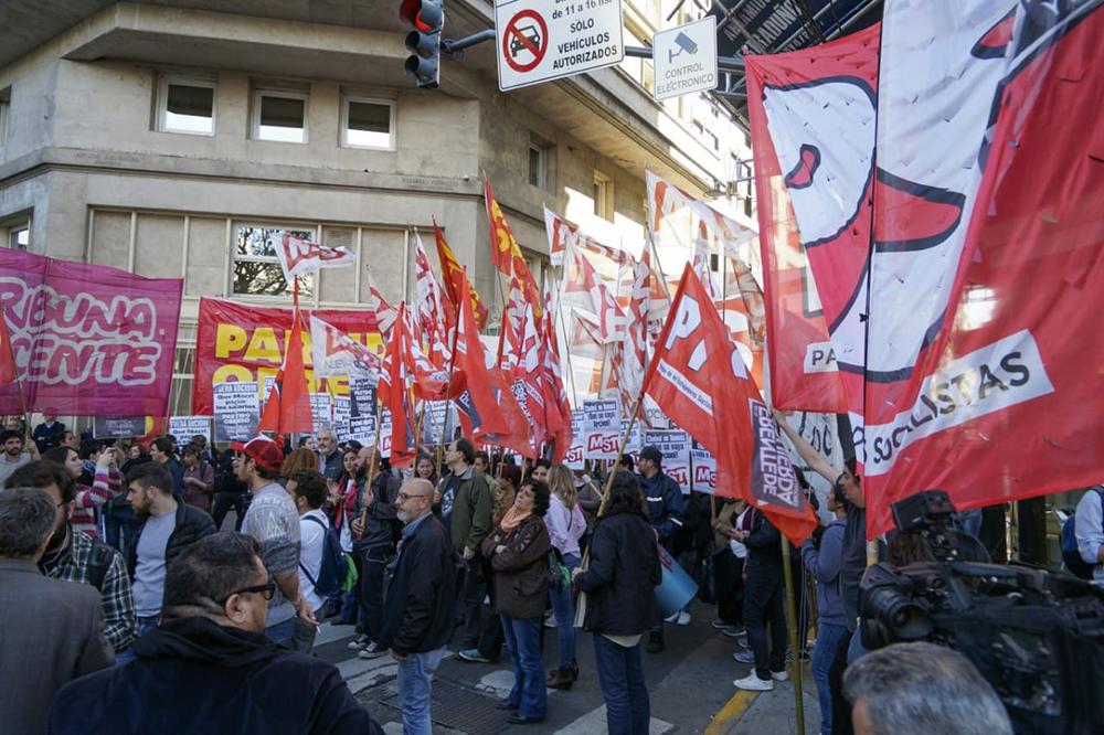 La Izquierda marchó a la Casa del Chubut en apoyo a los docentes