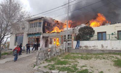 Rescataron a una familia de un voraz incendio en Madryn