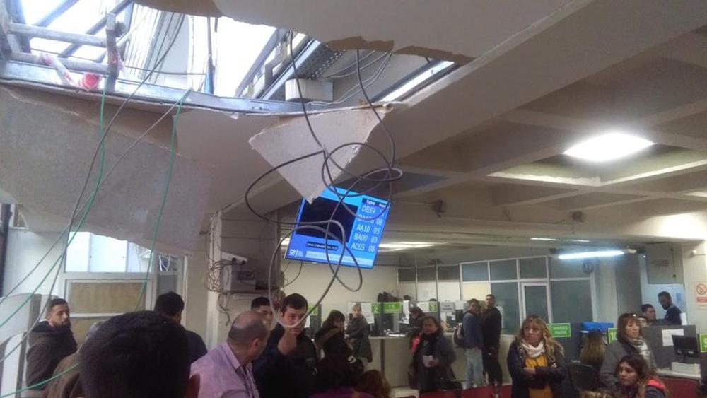 Una persona herida al caer parte del techo del Municipio de Comodoro