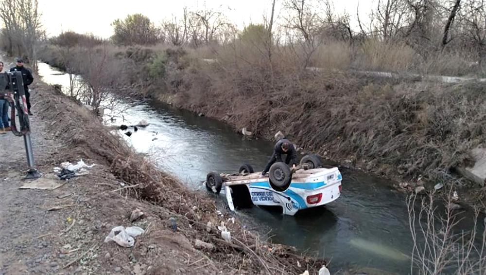 Cipolletti: un patrullero volcó y terminó en un desagüe