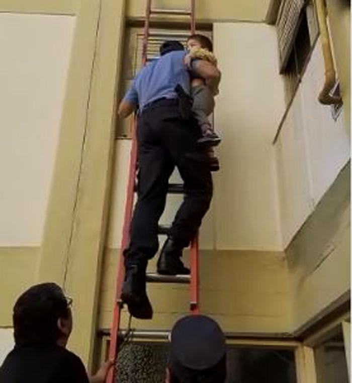 Rescate de un pequeño de un edificio