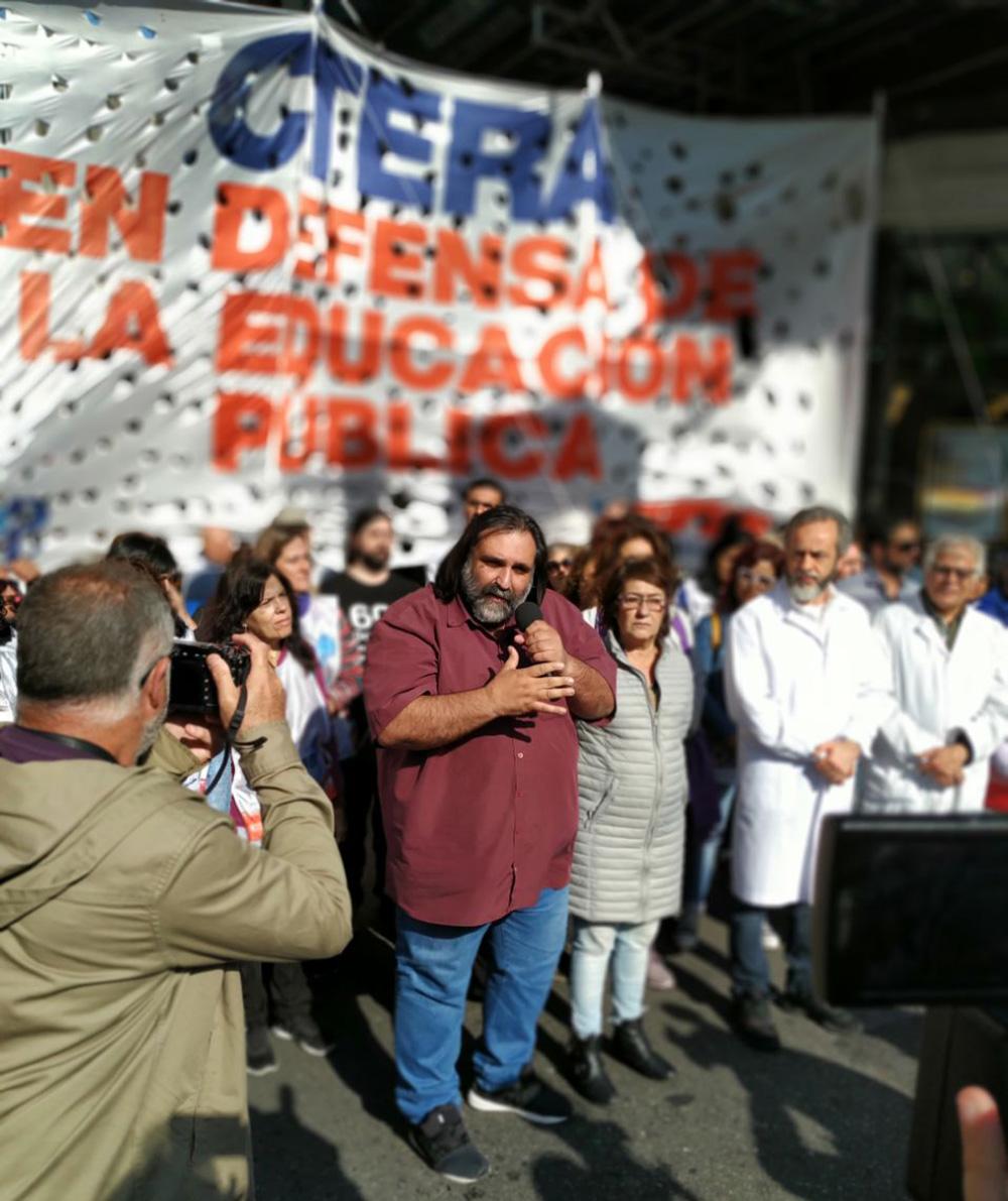 Docentes se movilizaron a la Casa del Chubut en Buenos Aires