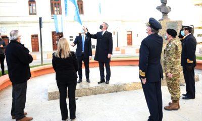 Arcioni izamiento bandera 25 de Mayo Comodoro