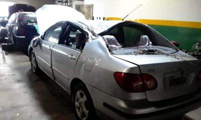 Auto Yeye Thomas destruido por un árbol