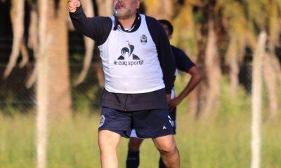 Maradona plata de su bolsillo para los premios de Gimnasia