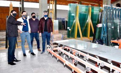 Maderna visita fábrica de vidrios