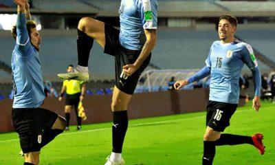 Uruguay ganó en la agonía y con polémica