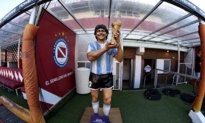 Argentinos rindió un sentido tributo a Maradona