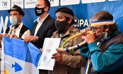 Sastre entregó una bandera de Pueblos Originarios