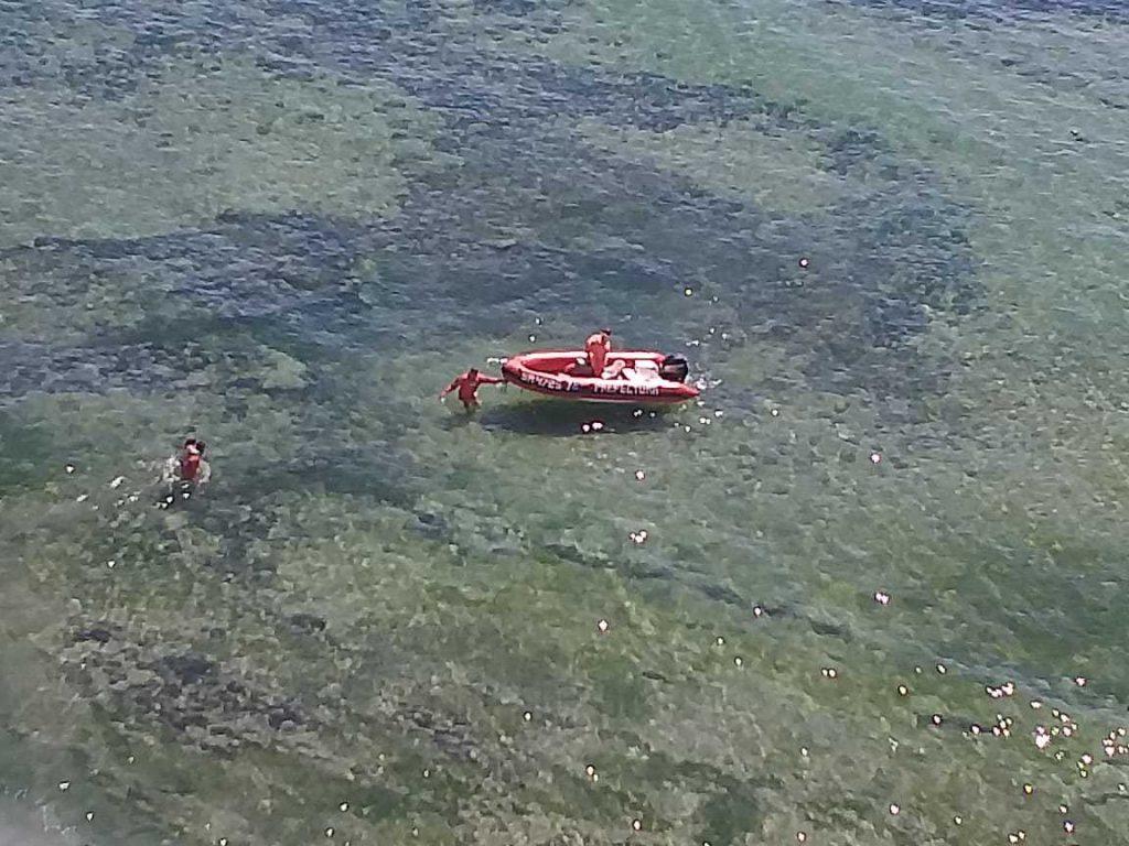 Rescataron a una familia que había quedado atrapada en la playa de Caleta Córdova